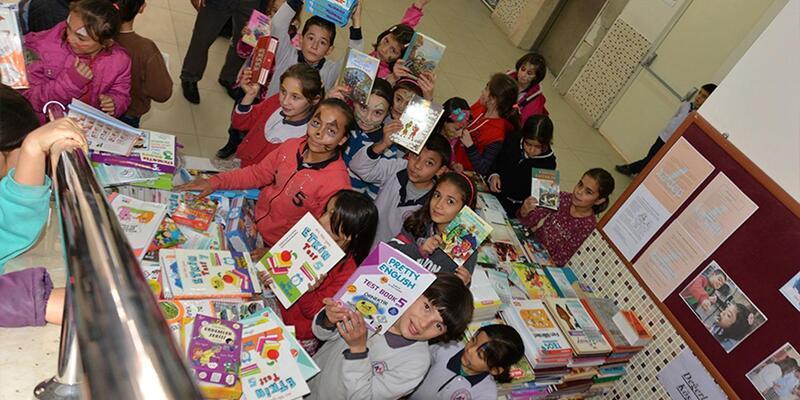 Üniversiteli gençlerden köy okuluna kitap bağışı