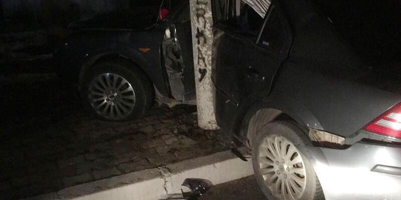 Otomobiliyle beton direğe çarptı