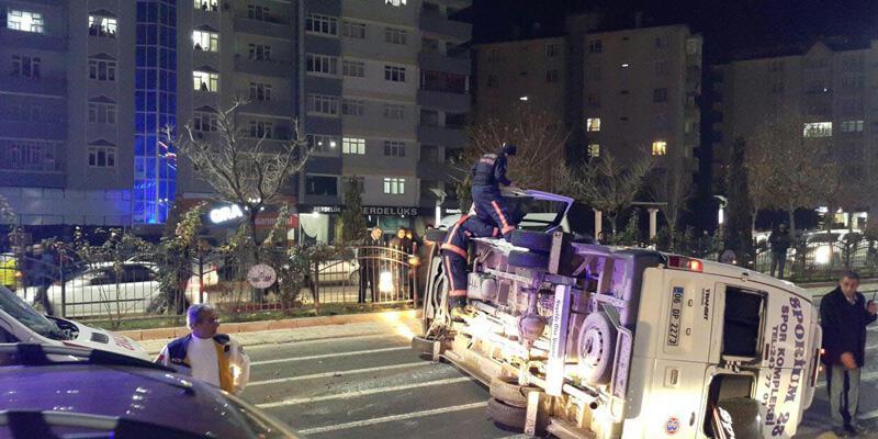 Otomobil önce minibüs sonra tankere çarptı: 12 yaralı