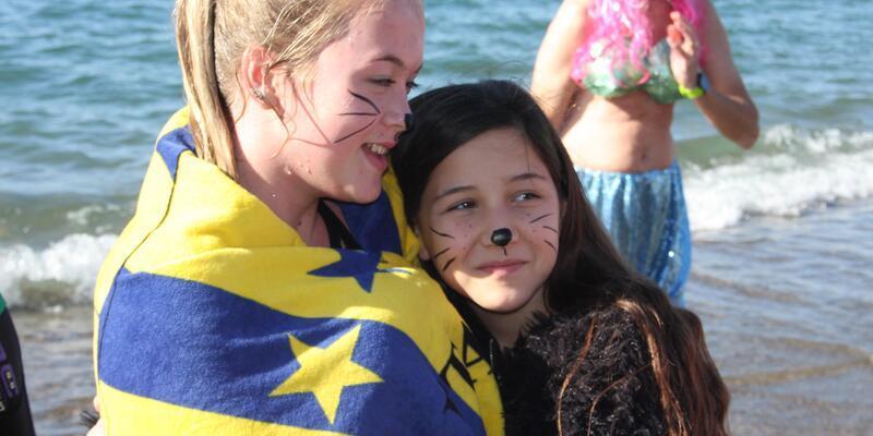 Çocuklara ve hayvanlara yardım için denize girdiler