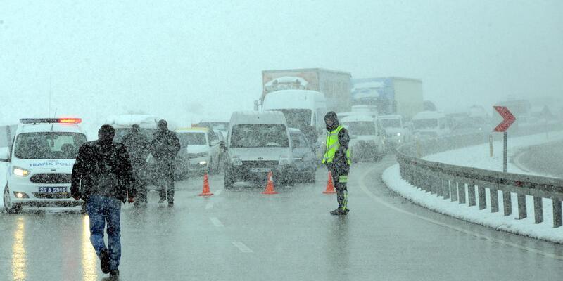 Erzurum'da TIR kaydı, yol kapandı