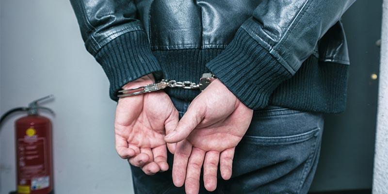 Kendini polis olarak tanıtan dolandırıcıyı apartman sakinleri yakaladı