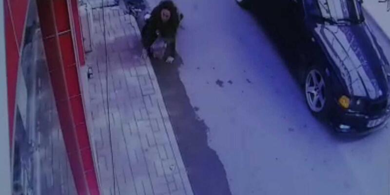 Geri manevra yapan otomobil hamile kadına çarptı