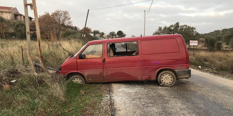 Elektrik direğine çarpan minibüsteki 2 kişi yaralandı
