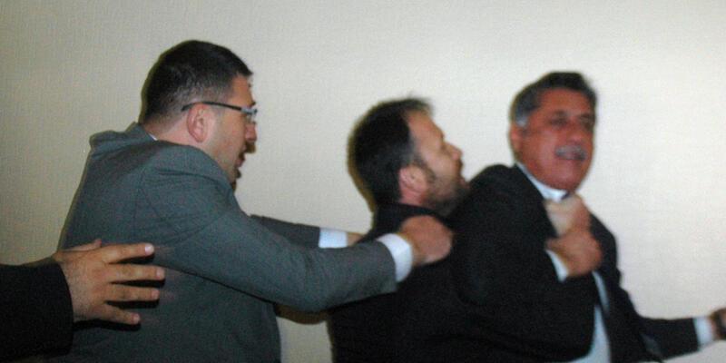 CHP kongresinde arbede: Boğazına sarılıp kürsüden indirmeye çalıştı