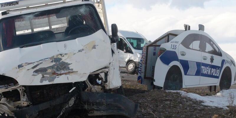 Kars'ta yolcu minibüsü ile kamyonet çarpıştı: 3 yaralı
