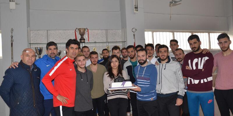 Bayan foto muhabirine futbolculardan sürpriz pasta