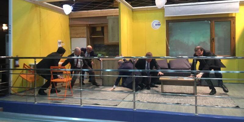Başbakan yardımcıları ve gazeteciler, simülasyon merkezinde 7.2'lik depremi yaşadı