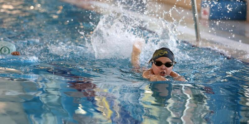 Bucalı öğrencilere karne hediyesi yüzme kursu