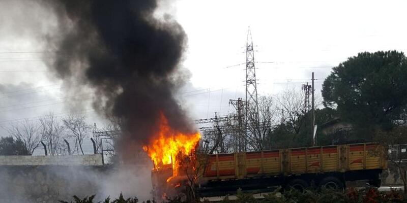 Çanakkale'de seyir halindeki kamyon alev topuna dönüştü