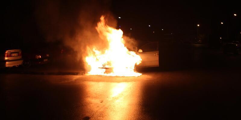 Lastiği patlayıp, jantı ısınan otomobil alev topuna döndü