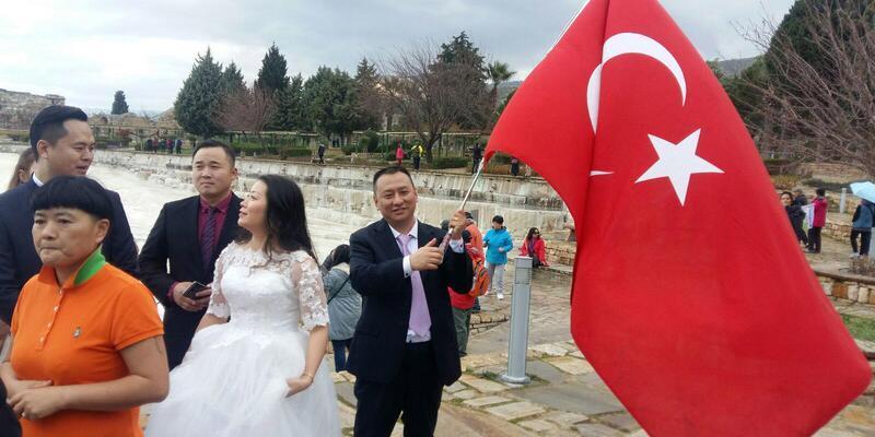 Çinli çiftler gelinlik ve damatlıkla Pamukkale'de fotoğraf çektirdi