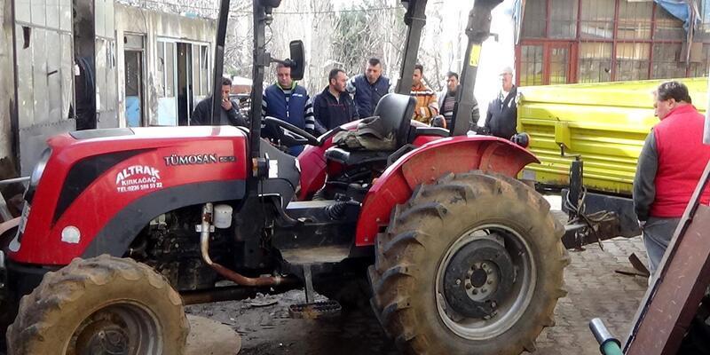 Tamire götürdüğü traktörün altında kalarak öldü
