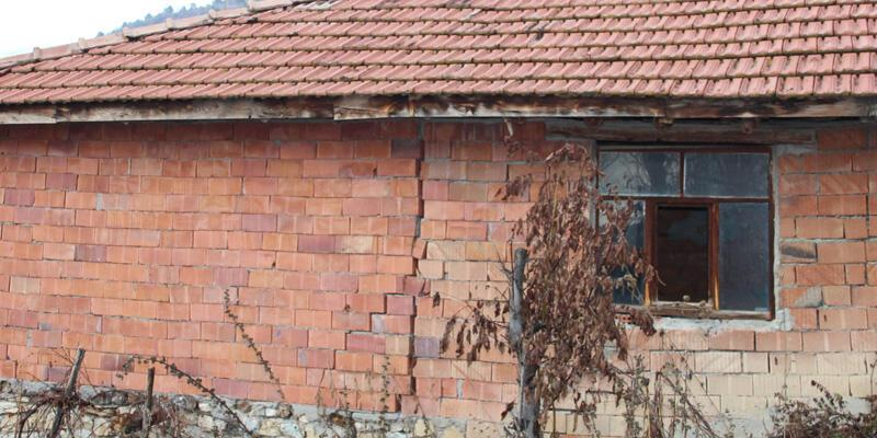 Evleri çatlayan köylüler ölüm korkusuyla yaşıyor