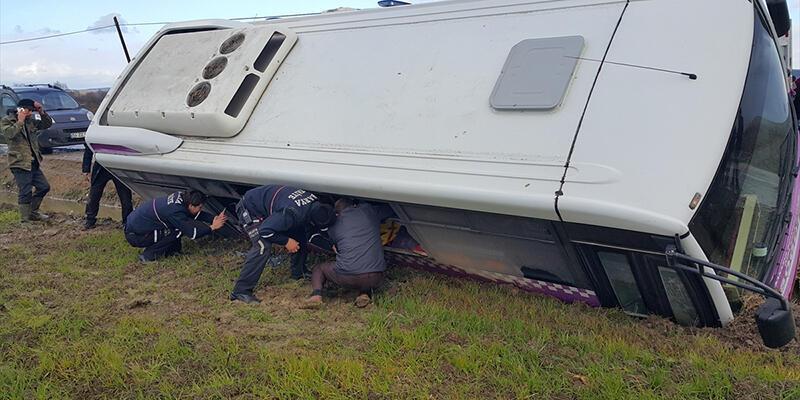 Yolcu midibüsü su kanalına devrildi: 4 yaralı