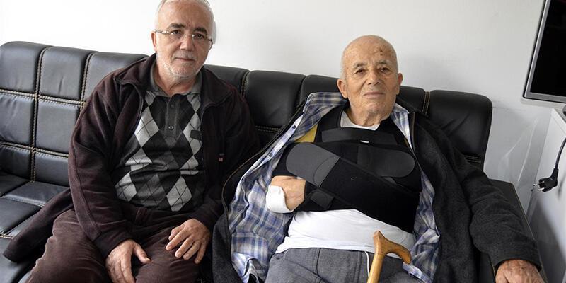 91 yaşındaki adam köpeklerden kaçarken omzunu kırdı