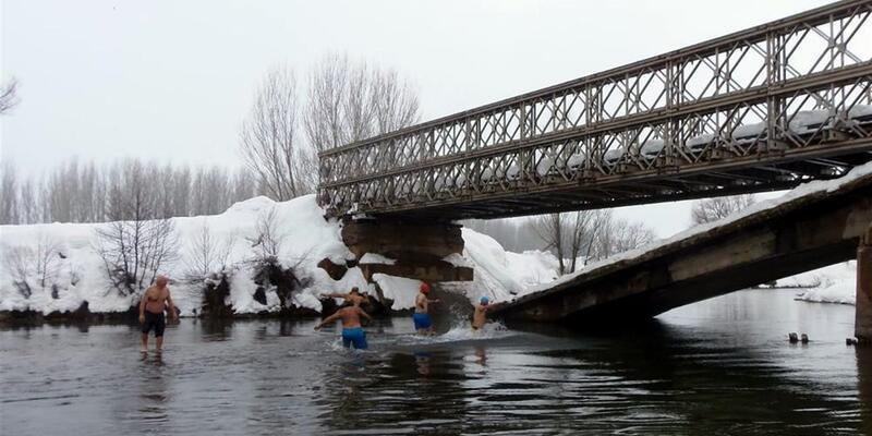 Kar altında Munzur'da yüzdüler