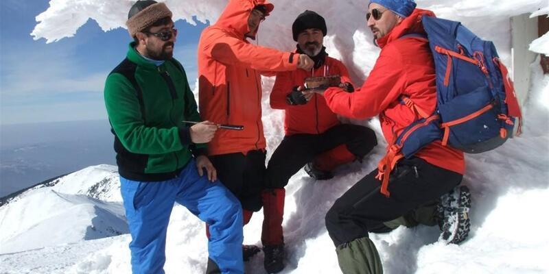 Bursalı dağcıya 2500 metrede doğum günü partisi