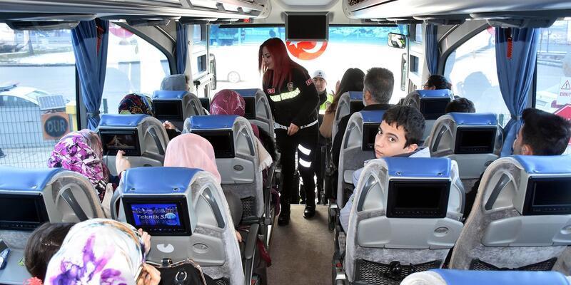 Polisten otobüs yolcularına emniyet kemeri uyarısı