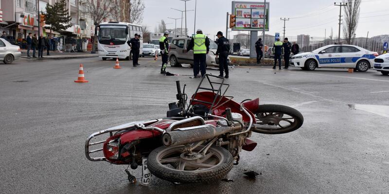 Hafif ticari aracın çarptığı motosiklet sürücüsü öldü