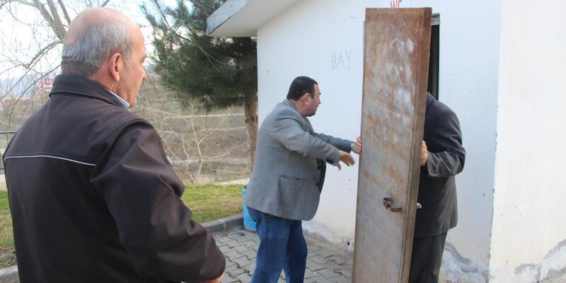 Cami tuvaletinin çalınan kapısı hurdacıda bulundu