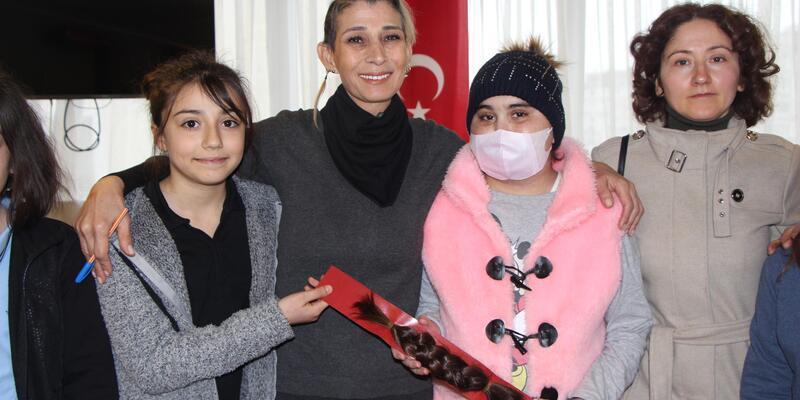 Kanser hastalarına destek için saçını hediye etti