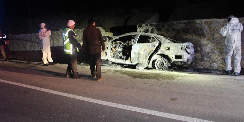 İstinat duvarına çarpan otomobil alev aldı: 5 ölü