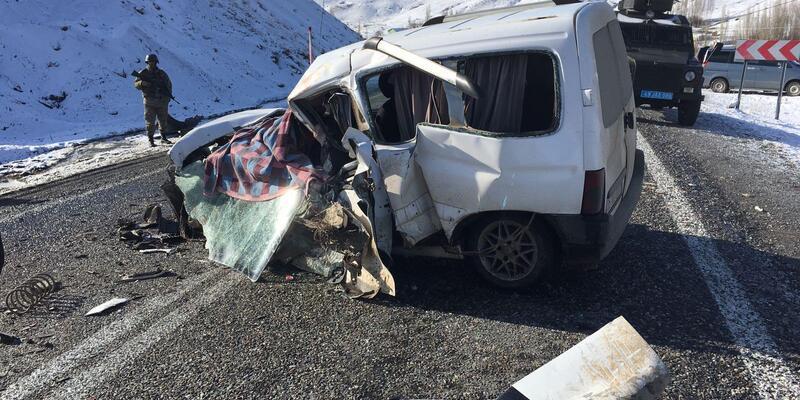Yolcu otobüsü ile hafif ticari araç çarpıştı: 2 ölü, 4 yaralı