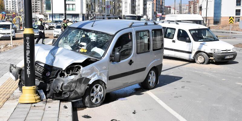 Hafif ticari araçlar çarpıştı: 6 yaralı