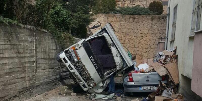 Freni boşalan kamyon istinat duvarından aşağıya düştü