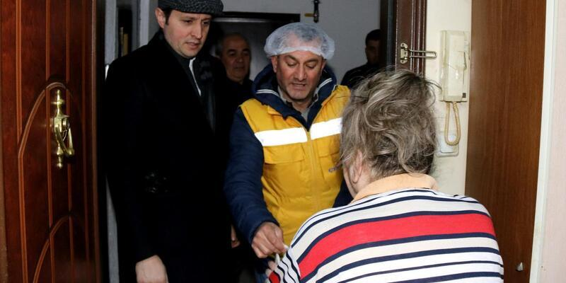 Başkan Akay, kapı kapı gezerek sıcak yemek dağıttı
