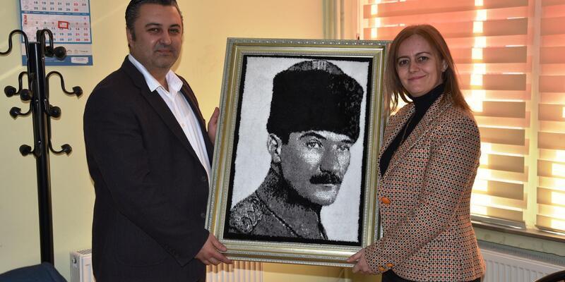 Başkan Yurdakul, kadın meclis üyelerine Atatürk portresi hediye etti