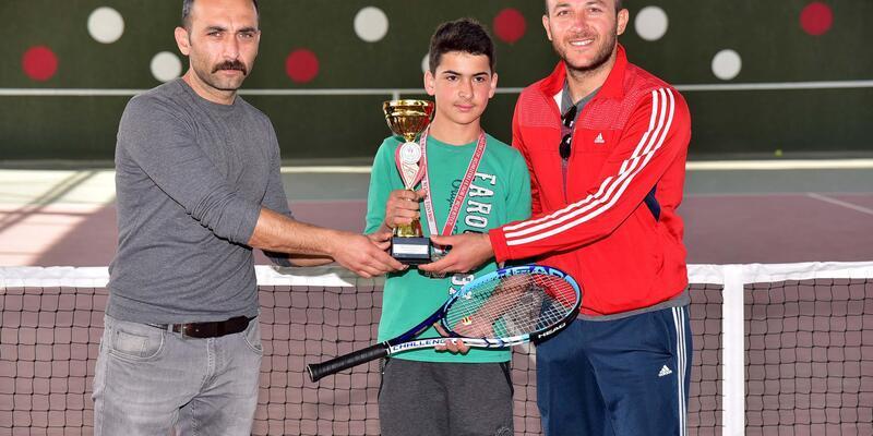 Şampiyon tenisçiler ödüllendirildi