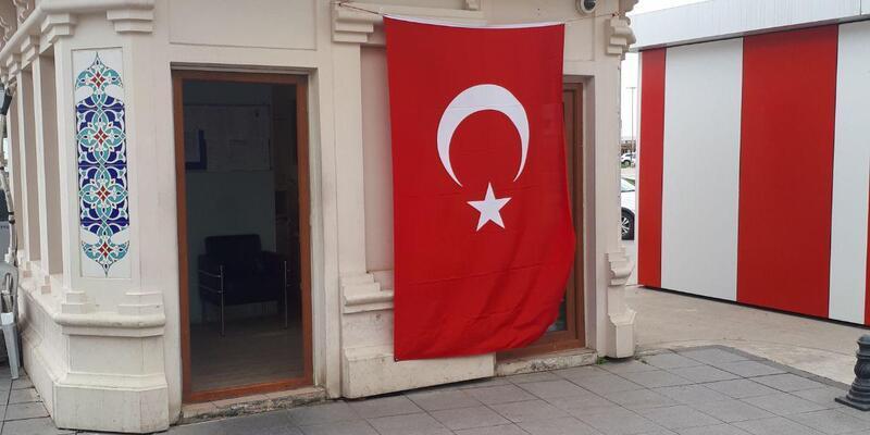 Yalova'da belediyenin tesisleri bayraklarla donatıldı
