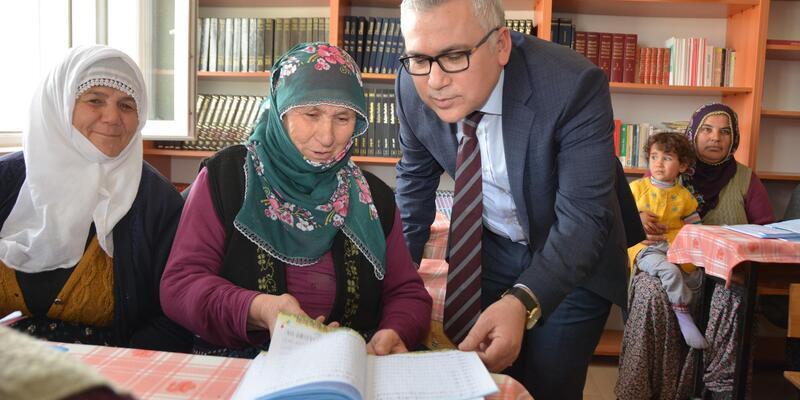 Vali Şimşek, okuma yazma kurslarını ziyaret etti