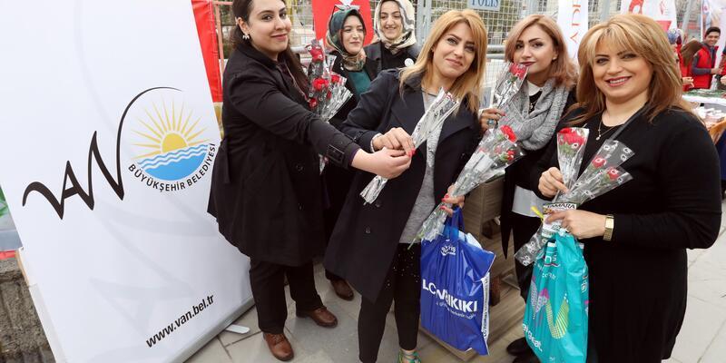 Van Büyükşehir Belediyesi kadınlara karanfil dağıttı