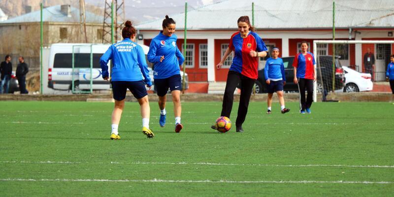 Hakkari'de kadın futbolcularla, kadın jandarmalardan dostluk maçı