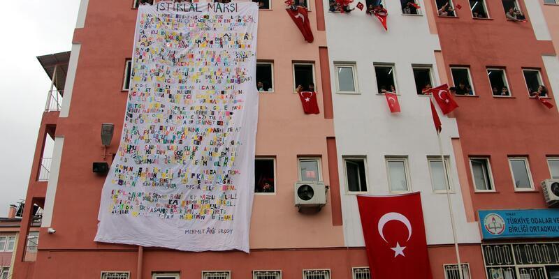 İstiklal Marşı'nın 10 kıtasını kumaş harflerle yazdılar
