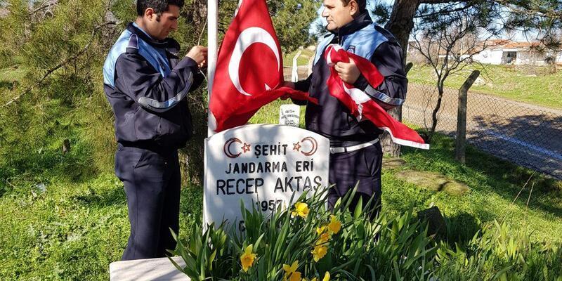 Şehit mezarlarında Türk bayrakları yenilendi