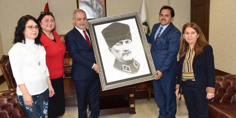 Başkan Kara'ya Atatürk'ün özel tablosu hediye edildi