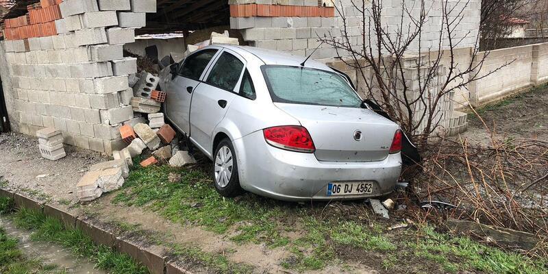 Otomobil samanlık duvarına çarptı: 6 yaralı