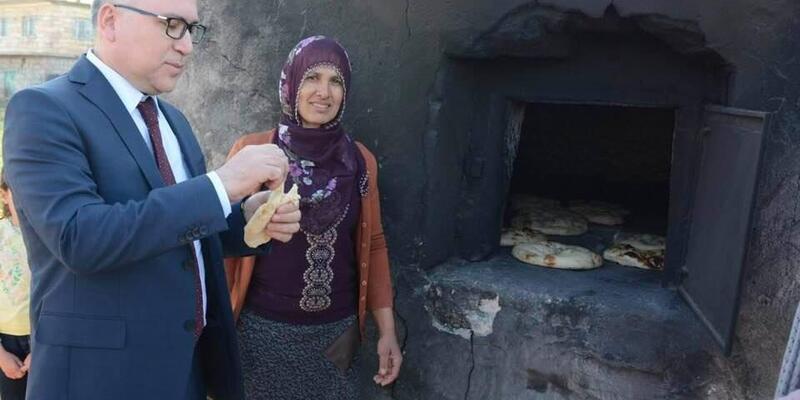 Köylü kadınlardan, Valiye yöresel ekmek ikramı