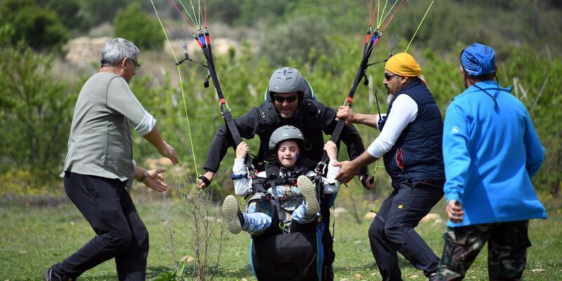 Down sendromlu çocuklar yamaç paraşütüyle uçtu