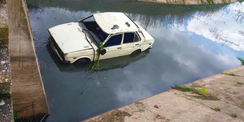 Otomobil sulama kanalına uçtu: 1'i bebek 3 yaralı