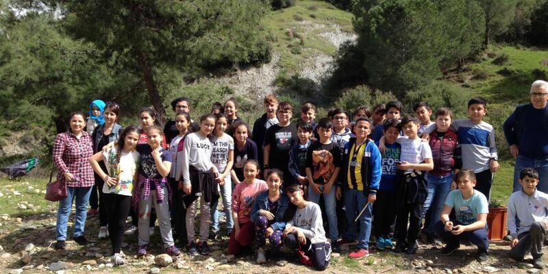 Öğrencilerden 'Ağaçlar susuz, çocuklar kitapsız büyümez' projesi