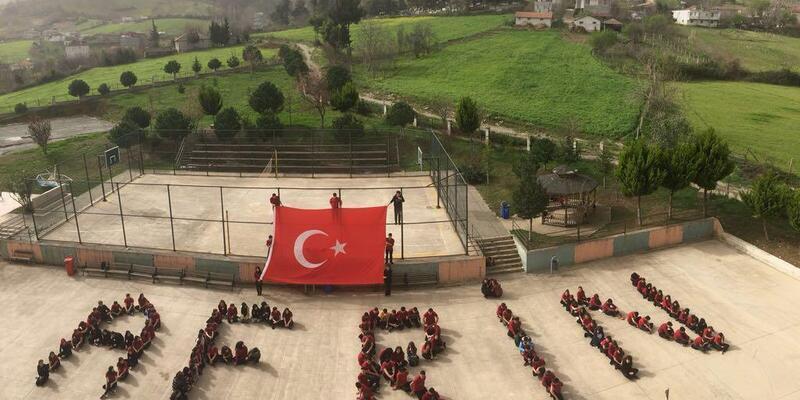 Liseliler, okul bahçesinde 'Afrin' yazısı oluşturdu