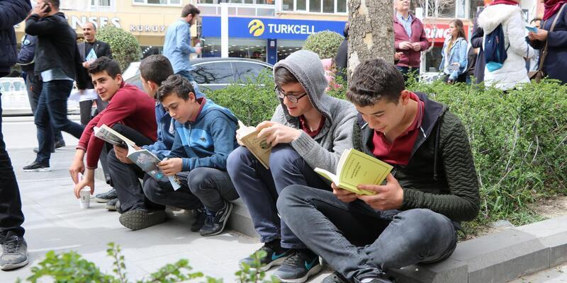 Niğde'de açık havada kitap okudular
