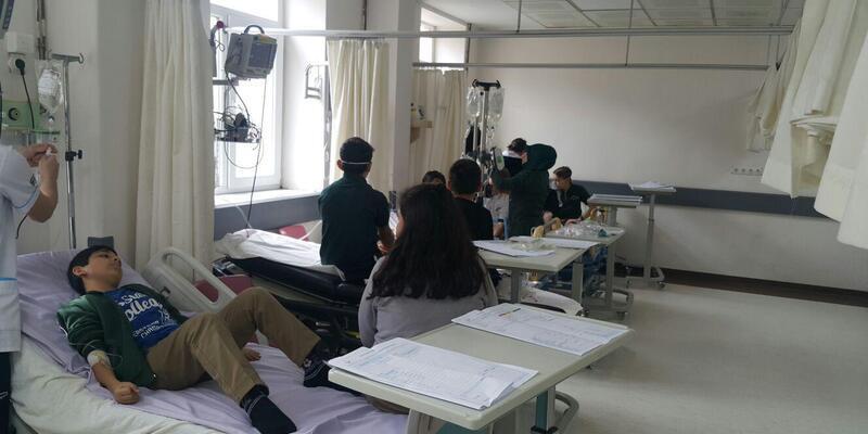 Sınıfta sıkılan parfümden etkilenen öğretmen ve öğrenciler hastaneye kaldırıldı