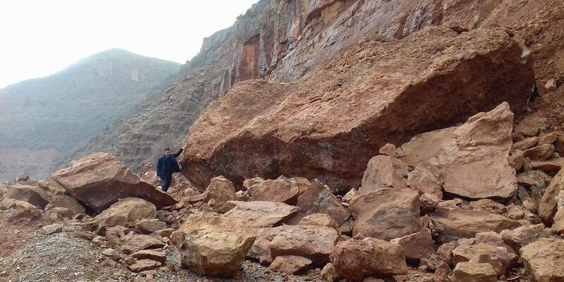 Kayseri'de heyelan; dev kayalar yolu kapattı