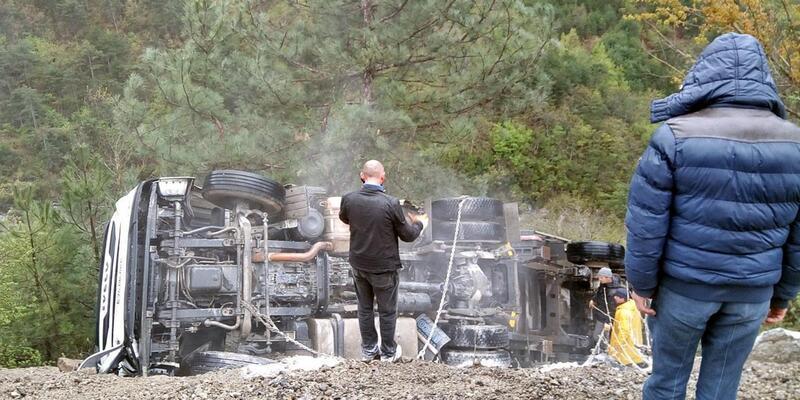 Zonguldak'ta TIR şarampole yuvarlandı